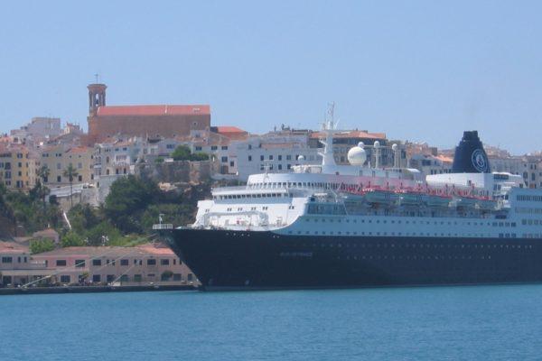 Kreuzfahrtschiff im Hafen von Mao, Menorca
